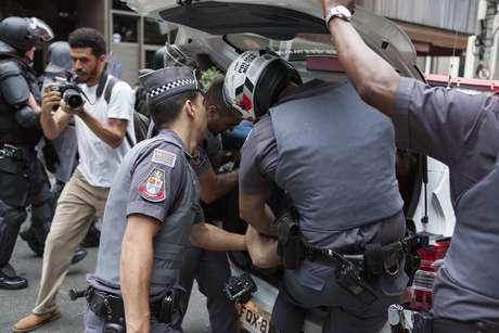 Policiais prendem manifestante durante protesto contra o governo Temer na Avenida Paulista, em São Paulo