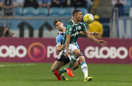 Gabriel Jesus se machucou na partida contra o Grêmio, domingo (Foto: Jeferson Guareze/AGIF/Lancepress!)