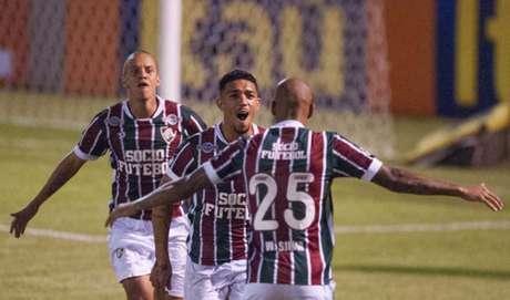 Vibra, Douglas! Volante foi o responsável por empatar o jogo em Édson Passos (Foto: Armando Paiva/AGIF)