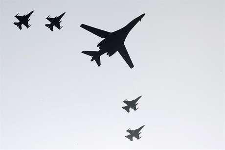 Bombardeiros norte-americanos sobrevoam o espaço aéreo da Coreia do Norte