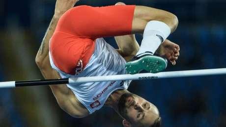 Lukasz Mamczarz durante a prova de salto alto masculino, categoria T42