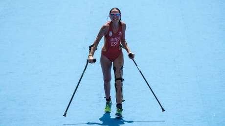 Rakel Mateo Uriarte cruza linha de chegada com a perna esquerda paralisada durante a Rio 2016