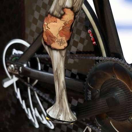 A 'perna biônica' do britânico Jody Cundy, que levou ouro no ciclismo de contrarrelógio individual e velocidade mista, tem um mapa do trajeto Londres-Rio.