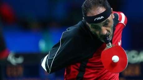 Ibrahim Hamadtou mostra que é possível jogar tênis de mesa sem as mãos
