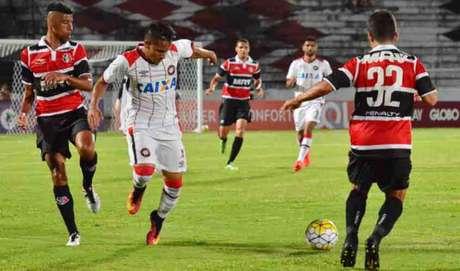 Aos 45, Santinha achou o gol da vitória em bola parada. (Foto:Pablo Kennedy)