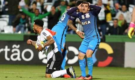 Coritiba e Corinthians se enfrentaram na noite desta quarta-feira (Foto:GERALDO BUBNIAK/AGB)