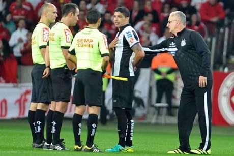 Reclamações sobre a arbitragem contra o Internacional podem desfalcar o Santos (Foto: Ricardo Rímoli/Lancepress!)