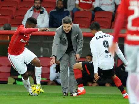 Argel levou a melhor contra o clube que comandava até julho deste ano (Foto: Ricardo Rimoli/AGIF/Lancepress!)