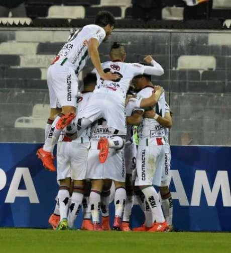 Jogadores do Palestino festejam o gol de Benegas que garantiu a vitória por 1 a 0 e fez o time chileno avançar paras as oitavas de final da Sul-Americana, quando enfrentará o Flamengo (Foto: AFP)