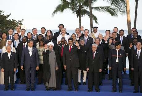 Varios presidentes posan para la fotografía oficial de la 17ma cumbre del Movimiento de Países No Alineados en Porlamar, Venezuela, el sábado 17 de septiembre de 2016. En primera fila aparecen (de izquierda a derecha) los mandatarios de El Salvador, Sánchez Ceren; Ecuador, Rafael Correa: Irán, Hassan Rouhani; Venezuela, Nicolás Maduro; el presidente palestino Mahmoud Abbas; Bolivia, Evo Morales; y el jefe de Estado nominal de Corea del Norte, Kim Yong Nam.