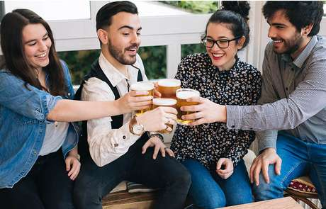Pesquisadores na Suíça confirmaram o que muita gente já desconfiava: beber um copo de cerveja pode deixar as pessoas mais sociáveis