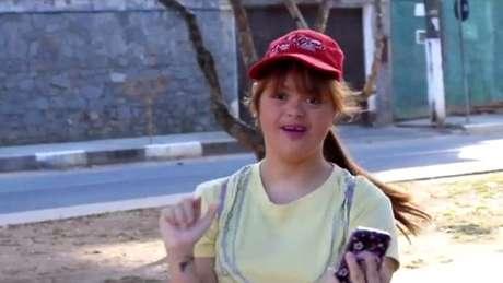 Cacai Bauer, de 22 anos, é a primeira brasileira com síndrome de down a publicar vídeos semanalmente no YouTube