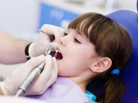 É fundamental que cada dente se mantenha saudável até o momento de cair sozinho para que haja harmonia na arcada dentária