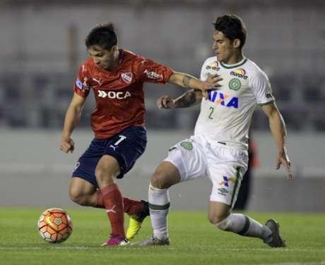 Benítez domina a bola e sofre a marcação de Gimenez. Chape foi uma guerreira na defesa (Foto: Divulgação / Al Shabab)