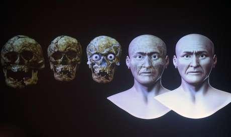 Foto mostra a sequência de desenhos da recriação do rosto do Senhor de Sipán.