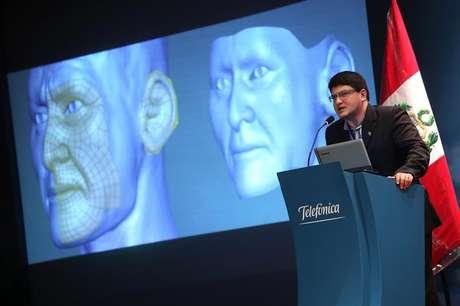 Designer brasileiro Cícero Moraes, membro da equipe da ONG de Antropologia Forense e Odontologia (Ebrafol) apresenta a recriação do Senhor de Sipán