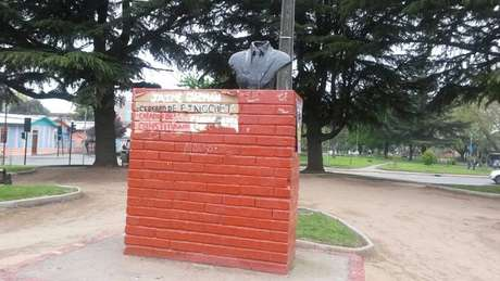 Denuncian ataque a busto de Jaime Guzmán en Los Ángeles