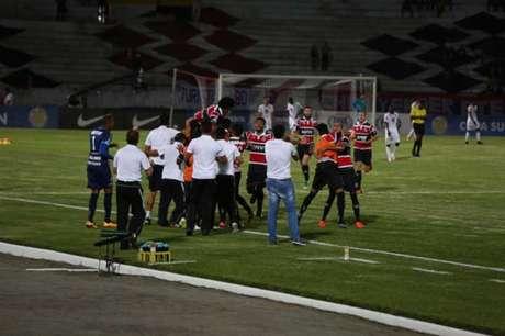 Santa Cruz conseguiu vencer por 3 a 1, mas não avançou por conta de gol sofrido em casa (Foto: Genival Paparazzi)
