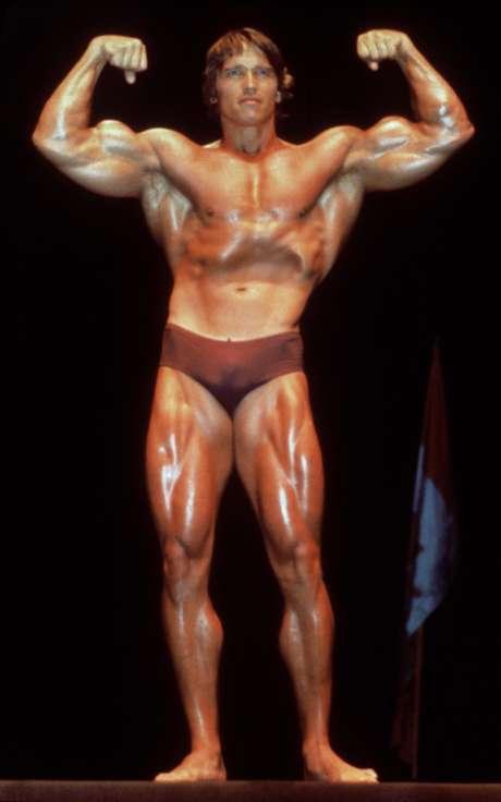 Arnold Schwarzenegger posando en traje de baño en 1980