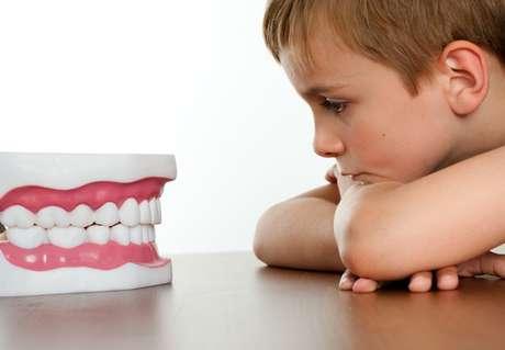 Há ainda outros fatores que podem contribuir para esse demora na queda do dente de leite como questões emocionais, gengiva muito fibrosa e falta de espaço para o dente permanente