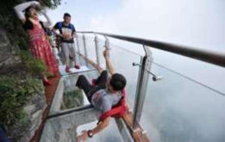 A China possui outras atrações envidradaçadas, como esse mirante na montanha Tianmen