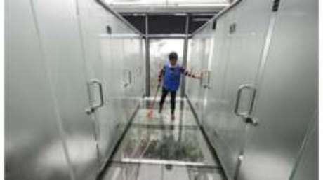 Os funcionários precisam se acostumar com a altura dos banheiros públicos