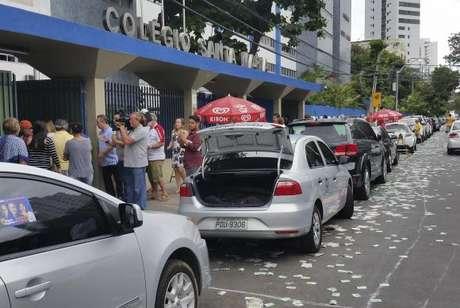 Recife - Locais de votação no Recife amanheceram hoje repletos de panfletos e santinhos de candidatos