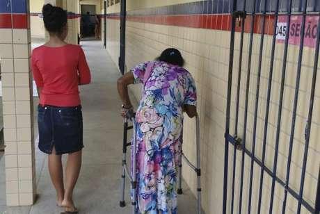 Recife - A aposentada Euride Maria Ferreira de Lima, 61 anos, contou com a ajuda da neta de 15 anos para chegar à escola Professor Jordão Emerenciano, maior local de votação do Recife