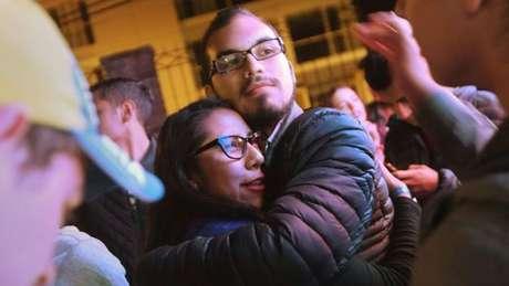 Colombianos favoráveis e contrários ao acordo de paz acompanharam o resultado do referendo em locais públicos
