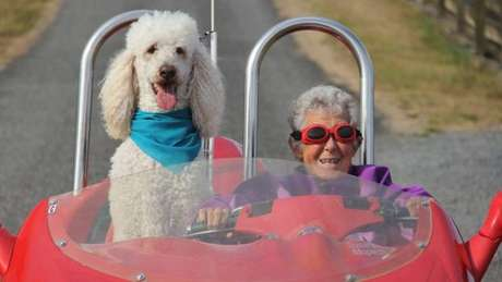 A idosa até passeou de carro esporte