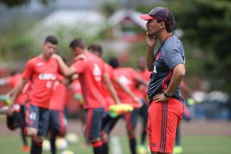 Zé Ricardo deu ênfase nas jogadas ofensivas no treino desta terça-feira (Gilvan de Souza / Flamengo)