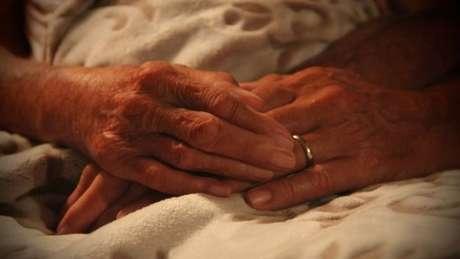 Foto das mãos de Norma, que ilustrou última postagem no Facebook