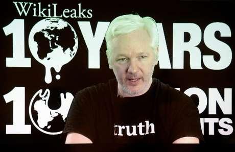 Julian Assange durante uma videoconferência pelo 10º aniversario de sua organização