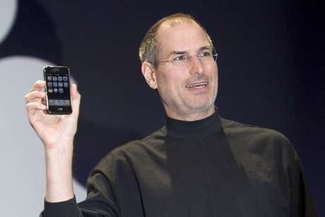 Steve Jobs segura o iPhone, apresentado na Macworld de 2007
