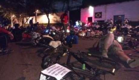 Em frente a casa de João Doria, os ciclistas deitaram no chão simbolizando os usuários de bicicletas mortos no trânsito da capital paulista