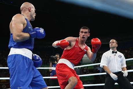 Russo Evgeny Tishchenko, de vermelho, luta com Levit, do Kazaquistão, pela medalha de ouro nos Jogos do Rio