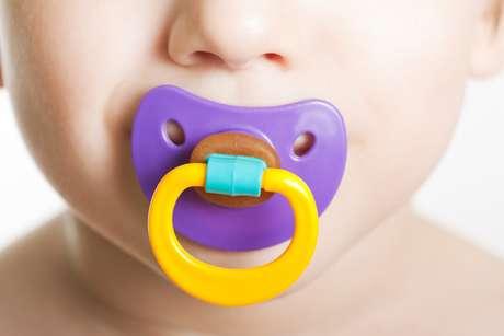 Se a mãe quiser recorrer à chupeta para acalmar a criança, ela pode ser usada, com critérios, até os quatro meses de idade