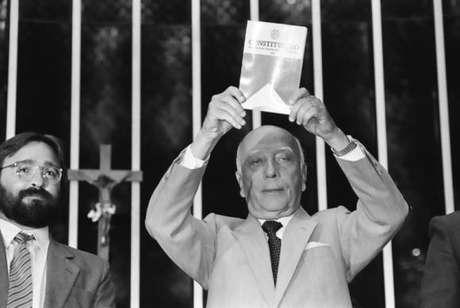 O então presidente da Assembleia Nacional Constituinte, Ulysses Guimarães, ao promulgar a nova Constituição Federal, em vigor até hoje. A Câmara dos Deputados fez sessão em homenagem aos 100 anos do político