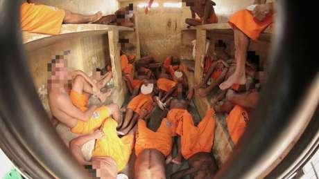 Presidiários encolhem as pernas e precisam se revezar para dividir espaço em cela em Pedrinhas
