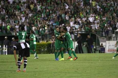 Festa no Brinco! Jogadores do Bugre celebram gol contra o ASA (Foto: Denny Cesare/Código19)