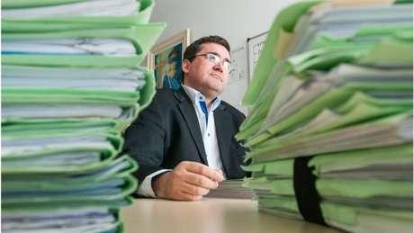 Jaime Klein entre pilhas de pastas sobre fiscalização de órgãos públicos; sua equipe contribuiu, por exemplo, para elevar a economia da Câmara Municipal de R$ 300 mil para R$ 8,5 milhões anuais