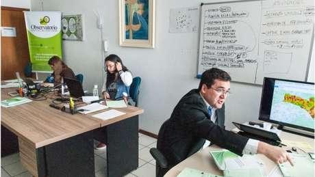 Klein e equipe no Observatório Social de São José: pente fino em Diários Oficiais, portais de transparência, projetos de lei e sessões na Câmara