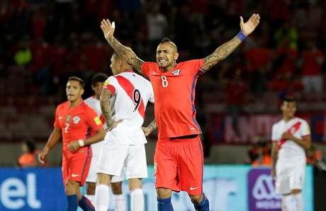 Un doblete de Vidal rescata a Chile ante Perú