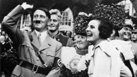 Hitler faz saudação nazista durante festa do partido