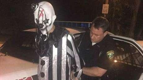 Em Middlesboro, Kentucky, a polícia prendeu Jonathan Martin, que estava vestido de palhaço e espreitava apartamentos em prédios da cidade
