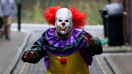 Os que se fantasiam de palhaços geralmente usam apenas máscaras assustadoras mas já foram encontradas armas com alguns deles