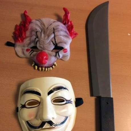 Um menino de 12 anos foi detido com máscaras e uma faca de plástico quando assustava outras crianças em uma escola de Durham, na Grã-Bretanha