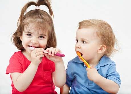 De 1 a 3 anos de idade vale cantar música, contar até dez em voz alta para determinar o tempo de escovação de cada parte da boca ou ainda distraí-la com vídeos que ela goste