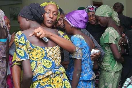 A esposa do vice-presidente da Nigéria, Oludolapo Osinbajo, consola uma das 21 meninas de Chibok libertadas após mais de dois anos de sequestro pelo grupo terrorista Boko Haram