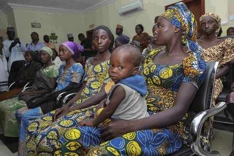 Algumas das 21 meninas de Chibok, libertadas após mais de dois anos em cativeiro, depois de negociações com o grupo terrorista Boko Haram